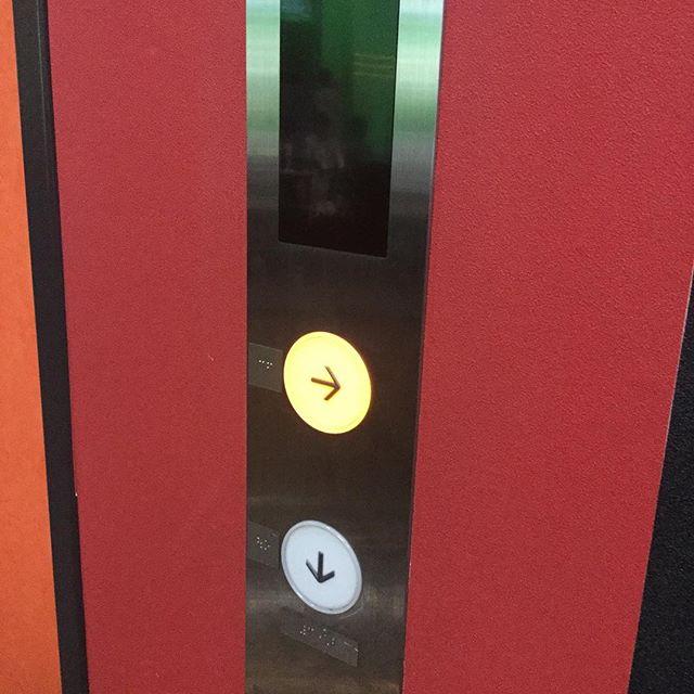 とある場所にて。押してみたが、上下に動きました。きっと何かの暗号があって、隠し部屋にでも通じているんだろう。ま、いっか。